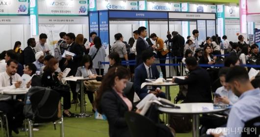 [사진]북적이는 '외국인유학생 채용 박람회'