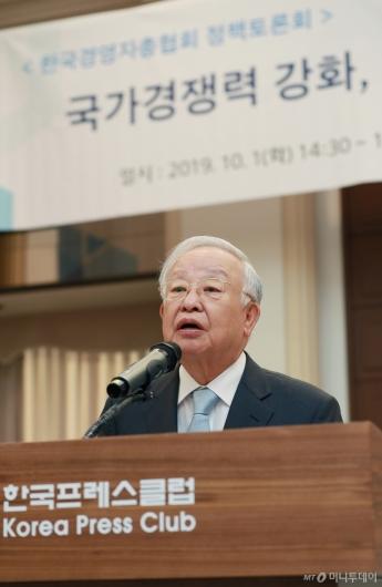 [사진]국가경쟁력 강화 정책토론회 인사말하는 손경식 경총 회장