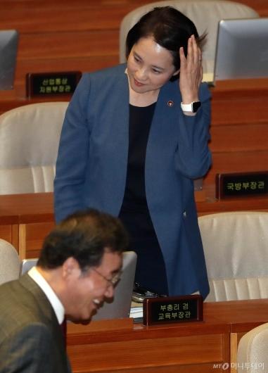 [사진]대정부 질문 출석하는 유은혜