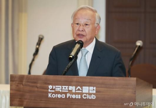 [사진]손경식 회장, 국가경쟁력 강화 정책토론회 인사말