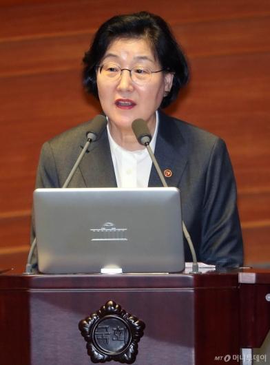 [사진]대정부 질문 답변하는 이정옥 장관