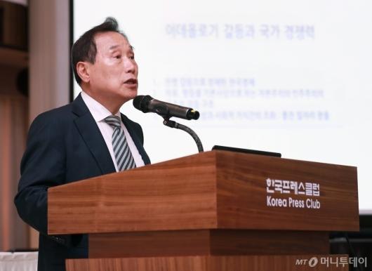 [사진]'이데올로기 갈등과 국가경쟁력' 발제하는 김광두 교수