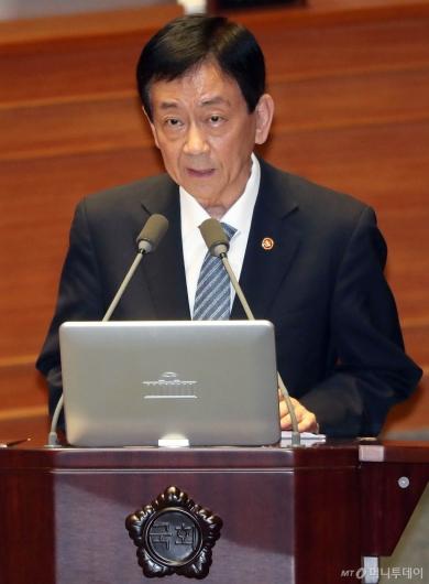 [사진]대정부 질문 답변하는 진영 장관