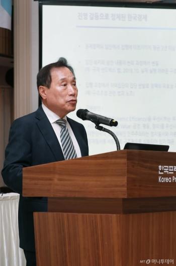 [사진]경총 정책토론회 발제하는 김광두 교수
