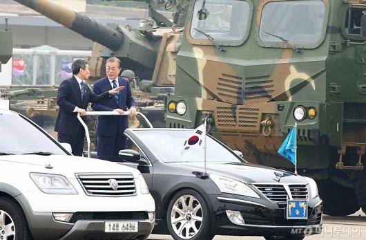 [사진]육·해·공 전력 사열 받는 문재인 대통령