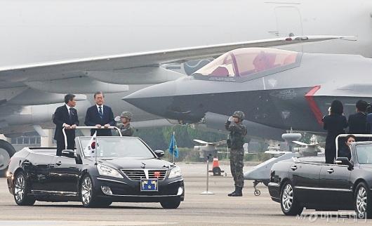 [사진]F35A 전투기 살펴보는 문재인 대통령