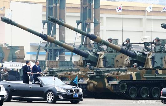 [사진]K-9 자주포 살펴보는 문재인 대통령