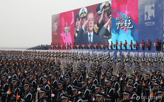 [사진]軍 지상사열받는 문재인 대통령