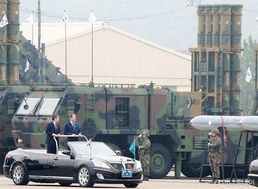 [사진]軍 지상사열 받는 문재인 대통령