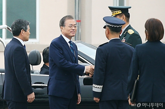 [사진]국군의 날 기념식 참석하는 문재인 대통령