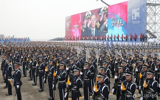 [사진]사열받는 문재인 대통령