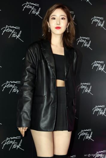 [사진]여자친구 신비 '올 블랙 패션'