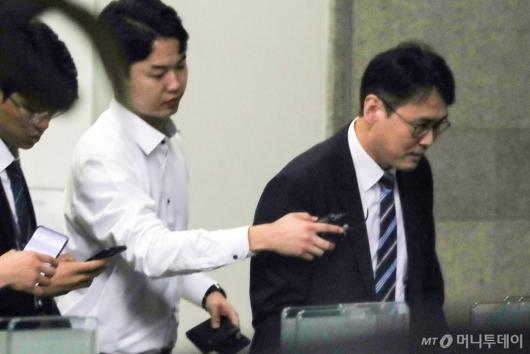 [사진]검찰 들어서는 정경심 교수 변호인