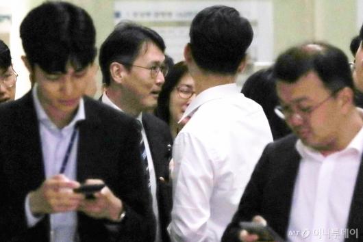[사진]취재진과 이야기하는 정 교수 변호인
