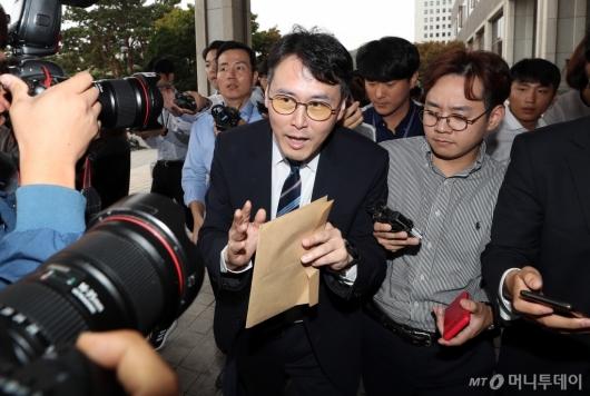 [사진]중앙지검 나서는 정 교수 변호인
