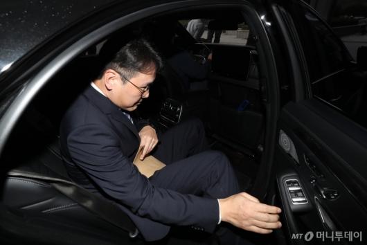 [사진]중앙지검 나서는 이인걸 변호사