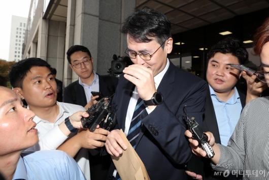 [사진]질문 피하는 정 교수 변호인