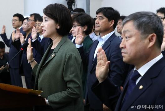[사진]유은혜, 교육위 국감 선서
