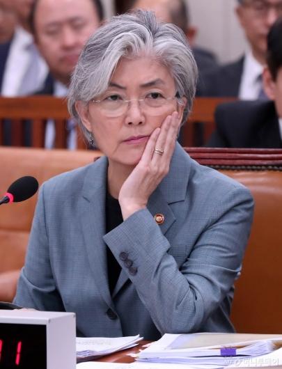 [사진]질문 경청하는 강경화 장관