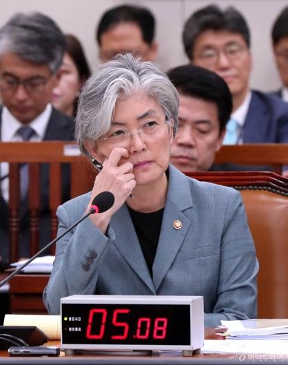 [사진]강경화 장관의 고민