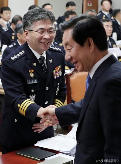 [사진]김성태 의원과 악수하는 민갑룡 경찰청장