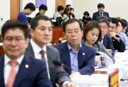 [사진]한상혁 방통위원장 업무보고 거부하는 한국당