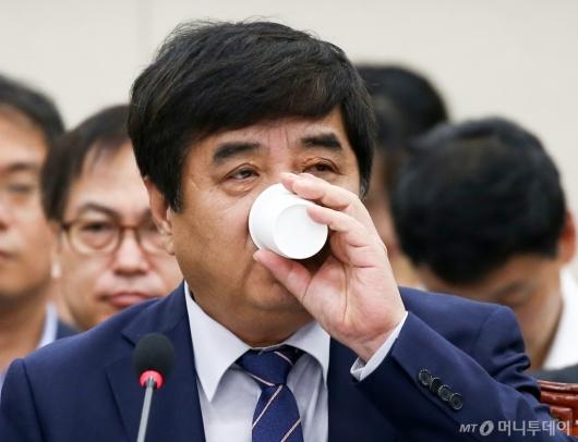 [사진]물 마시는 한상혁 방통위원장