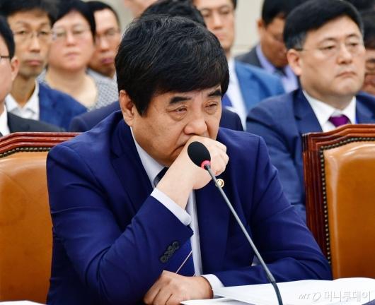 [사진]생각에 잠긴 한상혁 위원장