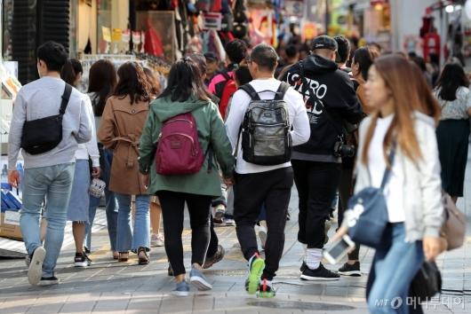 [사진]옷차림 두터워진 관광객들