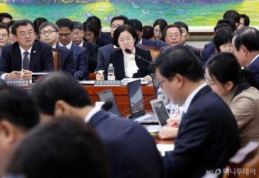 [사진]국정감사 답변하는 조성욱 위원장
