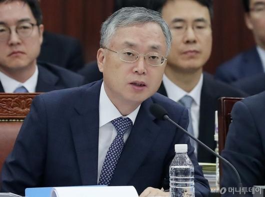 [사진]의원들 질의에 답하는 김영대 서울고검장