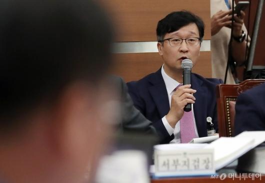 [사진]조국 장관 압수수색 관련 답하는 송경호 3차장