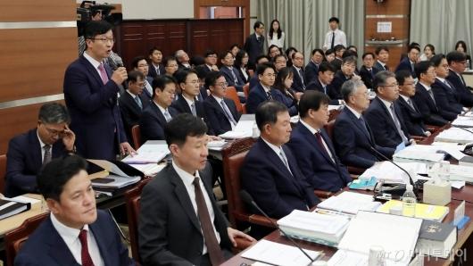 [사진]조국 수사관련 질의 답하는 송경호 3차장