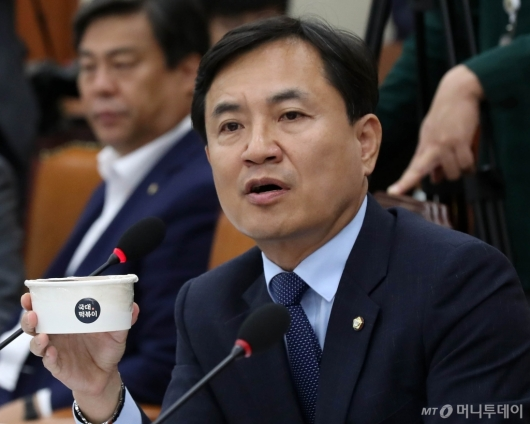 [사진]국대떡볶이 들고 질의하는 김진태 의원