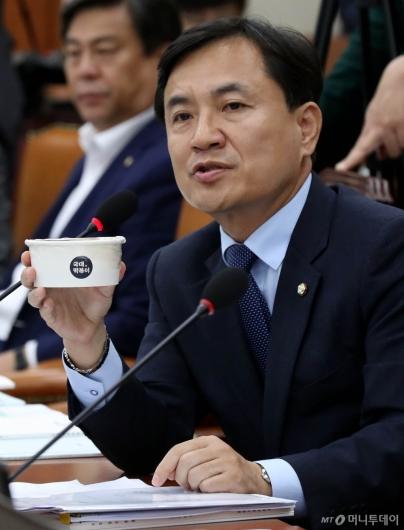 [사진]김진태 의원, 국대떡볶이 손에 들고
