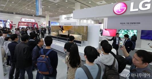 [사진]한국전자산업대전에 전시된 'LG 롤러블 TV'