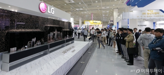 [사진]시선 사로잡는 'LG 롤러블 TV'