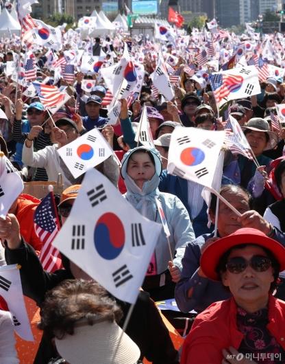 [사진]태극기 흔드는 보수단체 회원들