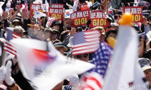 [사진]'문재인 하야' 피켓 든 집회 참가자들