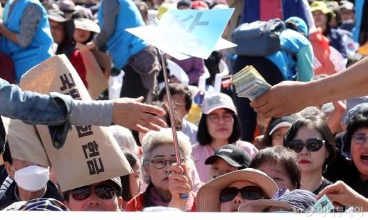 [사진]광화문집회에서 '돈다발 헌금'