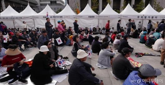 [사진]한글날 행사 천막 앞 자리잡은 보수단체