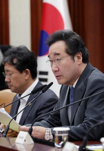 [사진]국정현안점검조정회의 참석한 이낙연 총리