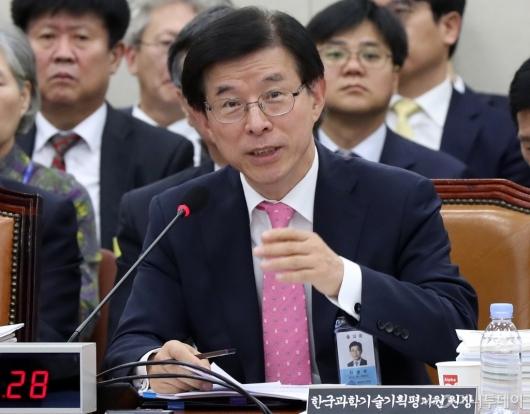 [사진]답변하는 한국과학기술기획평가원장