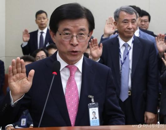 [사진]증인 선서하는 김상선 원장