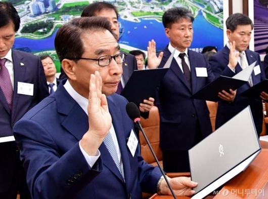 [사진]국정감사 증인 선서하는 이강래 사장