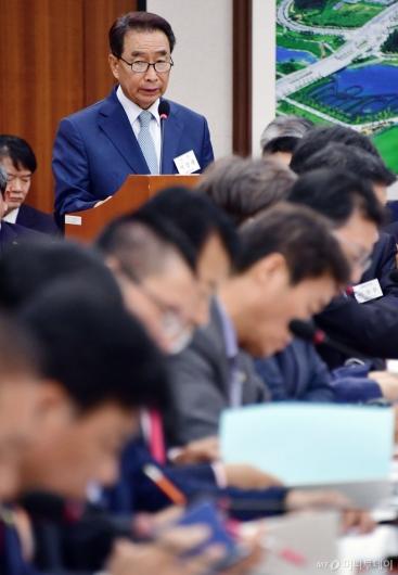 [사진]업무 보고하는 이강래 사장