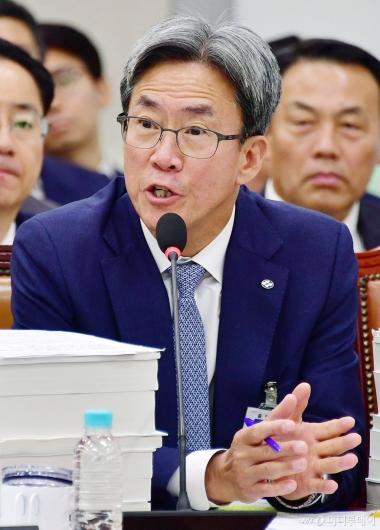 [사진]답변하는 이동빈 수협은행장