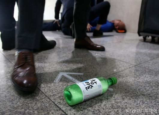 [사진]국회서 휘발유 마시고 쓰러진 남성