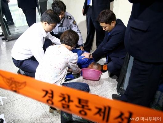 [사진]국회서 휘발유 음독 뒤 쓰러진 남성