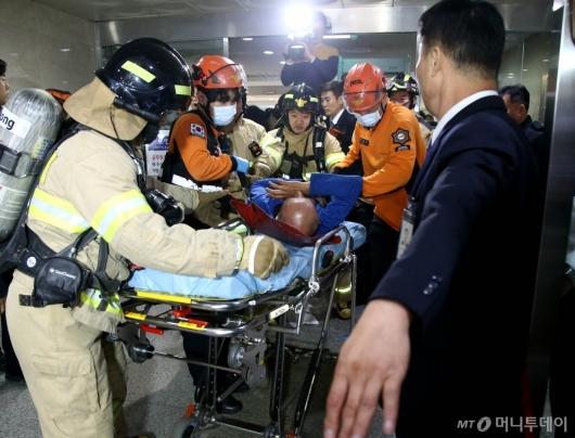 [사진]국회서 휘발유 음독 후 이송되는 남성